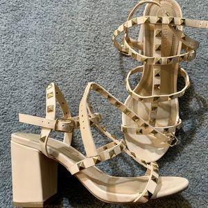 Unresolved heeled Sandals